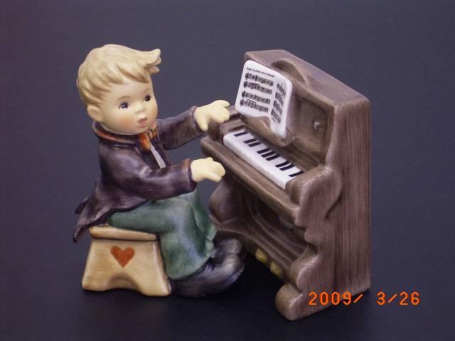 フンメル人形 ピアノを弾いている男の子