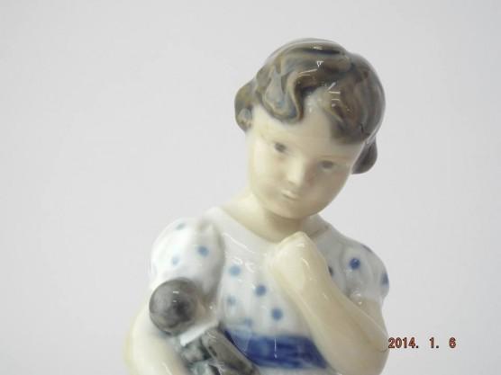 ロイヤルコペンハーゲン 人形を抱えて立つ少女